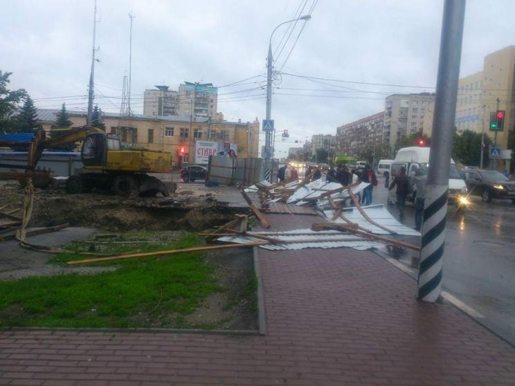 """Ветер повалил забор вокруг ЖК """"Дом на Минаева""""."""