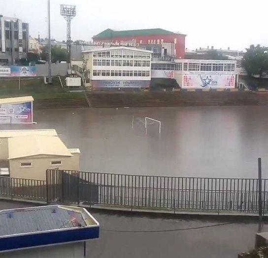 """Стадион """"Труд"""", на котором ведутся работы по реконструкции, затоплен."""
