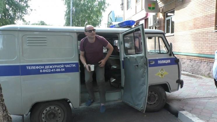 Лев Павлючков около офиса Анхой Конч