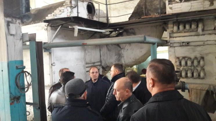 Председатель правительства Ульяновской области Александр Смекалин и члены комиссии по чрезвычайным ситуациям в котельной поселка Ишеевка, где 23 октября 2017 года произошла авария.