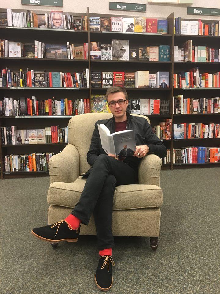 Никита Слепцов в книжном магазине