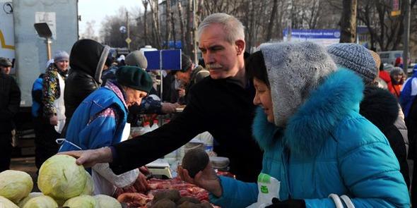 Губернатор Ульяновской области Сергей Морозов (в центре) на ярмарке в Железнодорожном районе Ульяновска, март 2016 года.