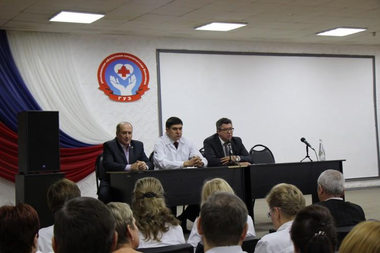 Слева направо: руководитель Медицинской палаты Виктор Корнев, новый главный врач Ульяновской областной клинической больницы Павел Дегтярь, министр здравоохранения, семьи и социального благополучия Рашид Абдуллов.