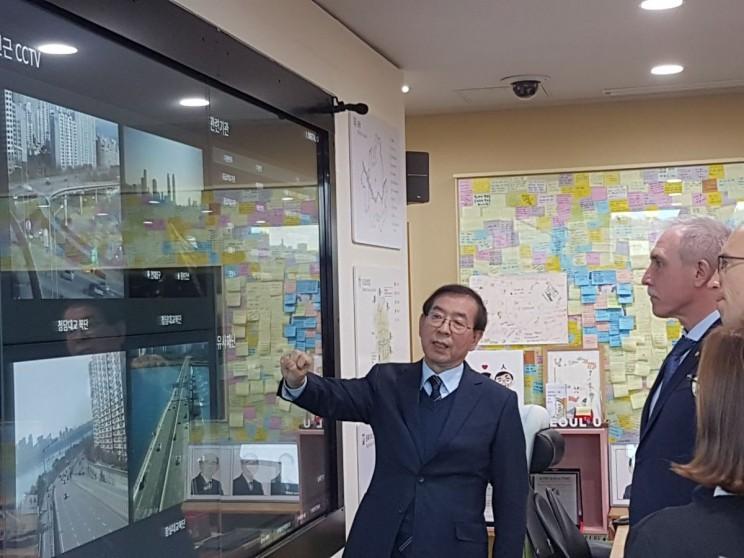 Губернатор Ульяновской области Сергей Морозов (слева) и мэр Сеула Пак Вонсун в ситуационном центре.