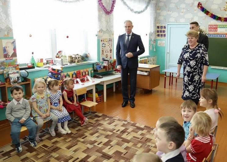 Губернатор Ульяновской области Сергей Морозов во время посещения детского сада в Тереньге, где ведут ремонтные работы.