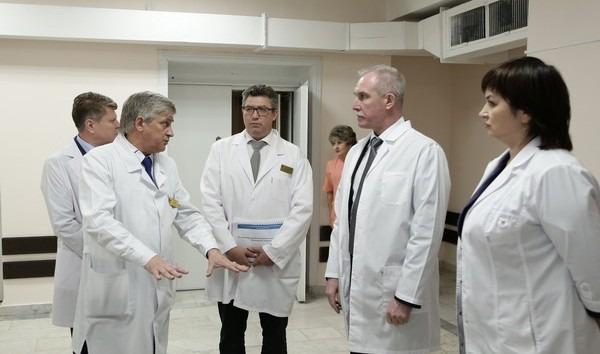 Губернатор Сергей Морозов и министр здравоохранения Рашид Абдуллов ознакомились с работой химиотерапевтического отделения после проведения ремонтных работ