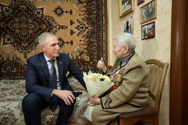 Губернатор Ульяновской области Сергей Морозов и участница битвы под Сталинградом Клавдия Петровна Факеева.