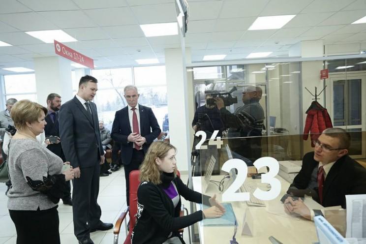 Губернатор Ульяновской области осмотрел многофункциональный центр в Ленинском районе Ульяновска, где с сегодняшнего дня будут консультировать по вопросам защиты прав потребителей 2