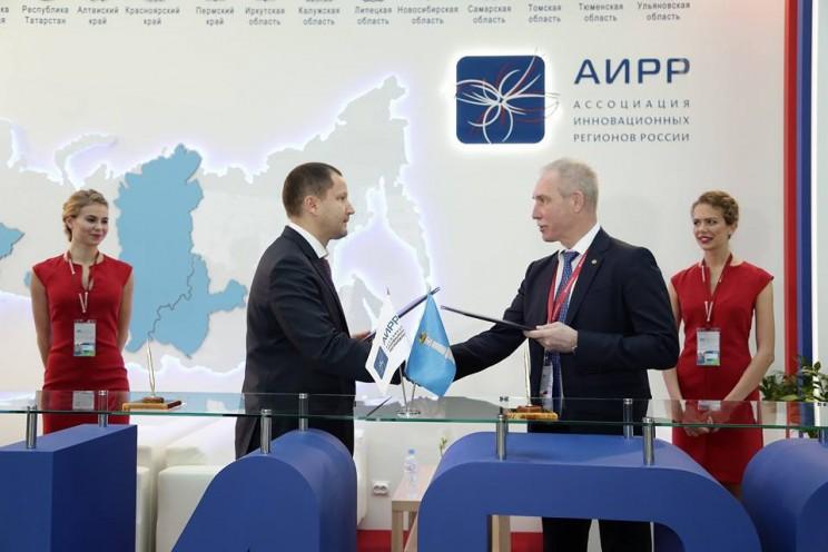 На Российском инвестиционном форуме в Сочи губернатор Ульяновской области подписал соглашение с компанией Philips - 2