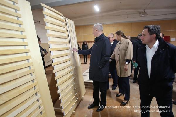 Губернатор Ульяновской области осматривает лесоперерабатывающее производство ООО ПФ «Инзенский ДОЗ», октябрь 2017 года.