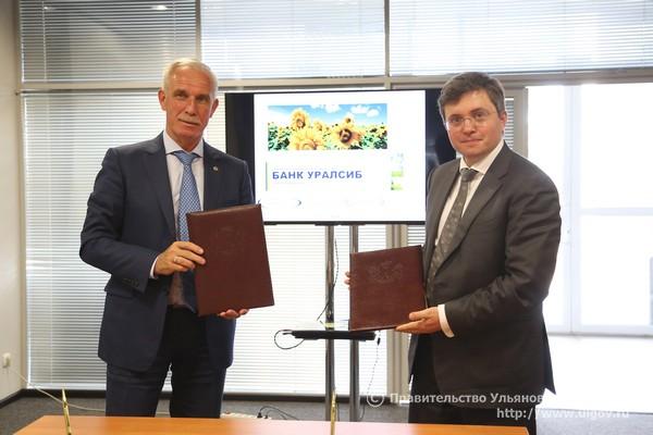 Губернатор Ульяновской области Сергей Морозов (слева) и председатель правления банка УРАЛСИБ Константин Бобров (справа)