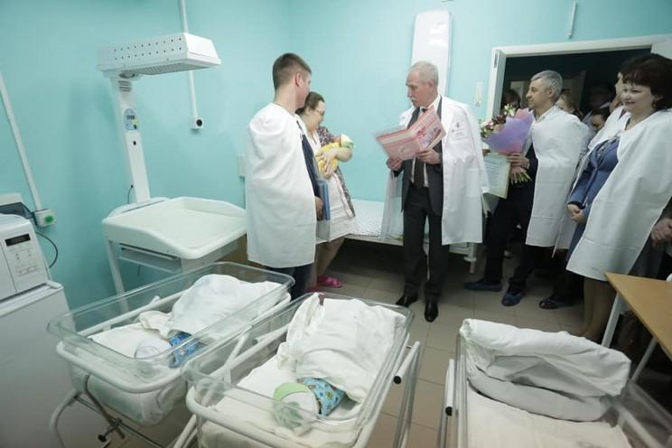 Губернатор Ульяновской области поздравил семью Нефёдовых, в которой позавчера родилась тройня