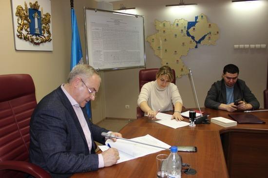 Председатель избирательной комиссии Ульяновской области Юрий Андриенко подписывает итоговые документы по выборам Президента России, 19 марта 2018 года.