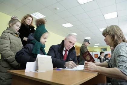 Сергей Морозов с семьей на выборах президента России, 18 марта 2018 года
