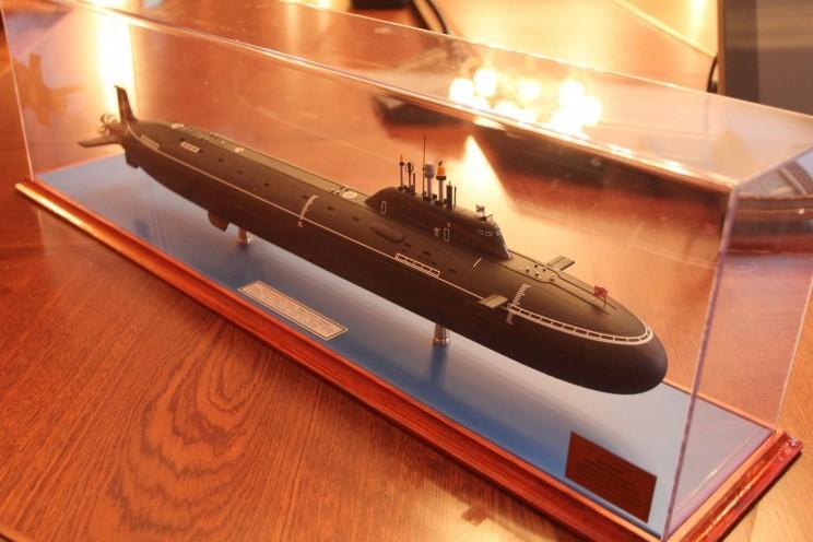 Макет ракетного подводного крейсера Ульяновск, который 26 апреля 2018 года главе Ульяновска Сергею Панчину подарил командующий Северным флотом Николай Евменов