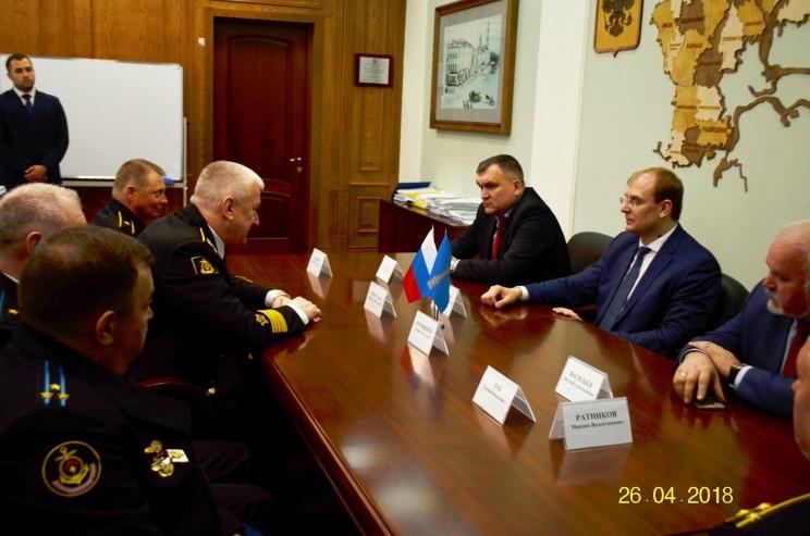Председатель правительства Ульяновской области Александр Смекалин всречается с командующим Северным флотом, адмиралом Николаем Евменовым, 26 апреля 2018