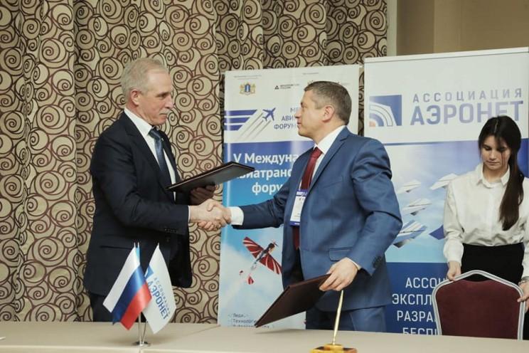генеральный директор ассоциации «Аэронет» Глеб Бабинцев и губернатор Ульяновской области Сергей Морозов - 1
