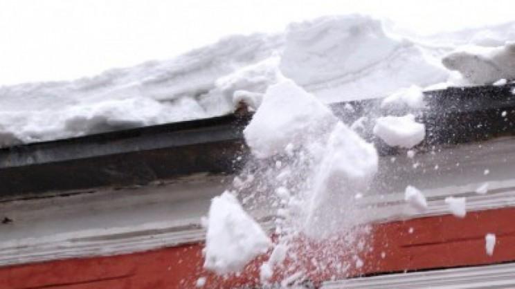 снег падает с крыши