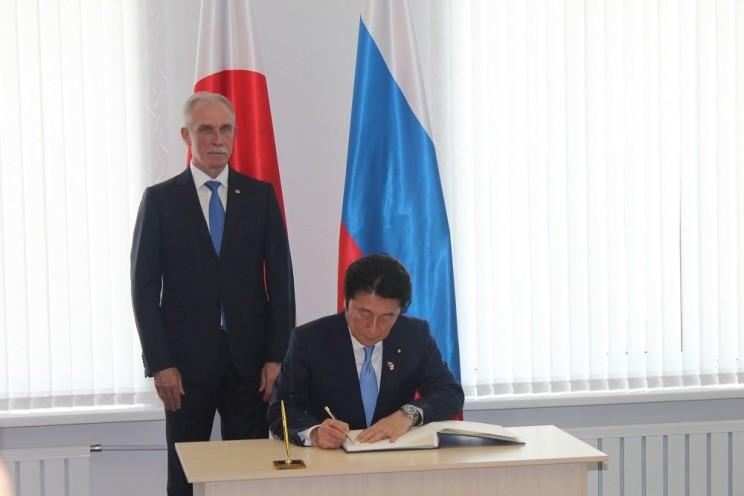 Масадзи Мацуяма и Сергей Морозов оставили первые записи в Книге почетных гостей Центра японской культуры