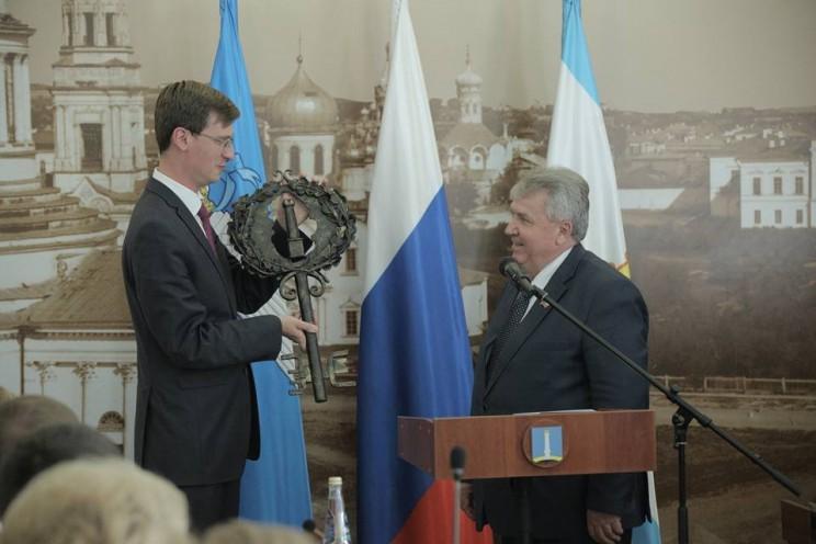 Исполняющий обязанности главы города Вадим Андреев передал Сергею Панчину символический ключ от города