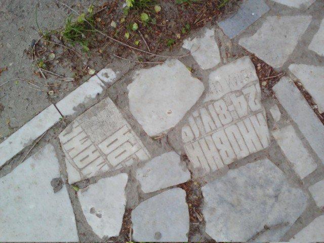 В Ульяновске похоронное бюро замостило тропу кусками надгробных плит